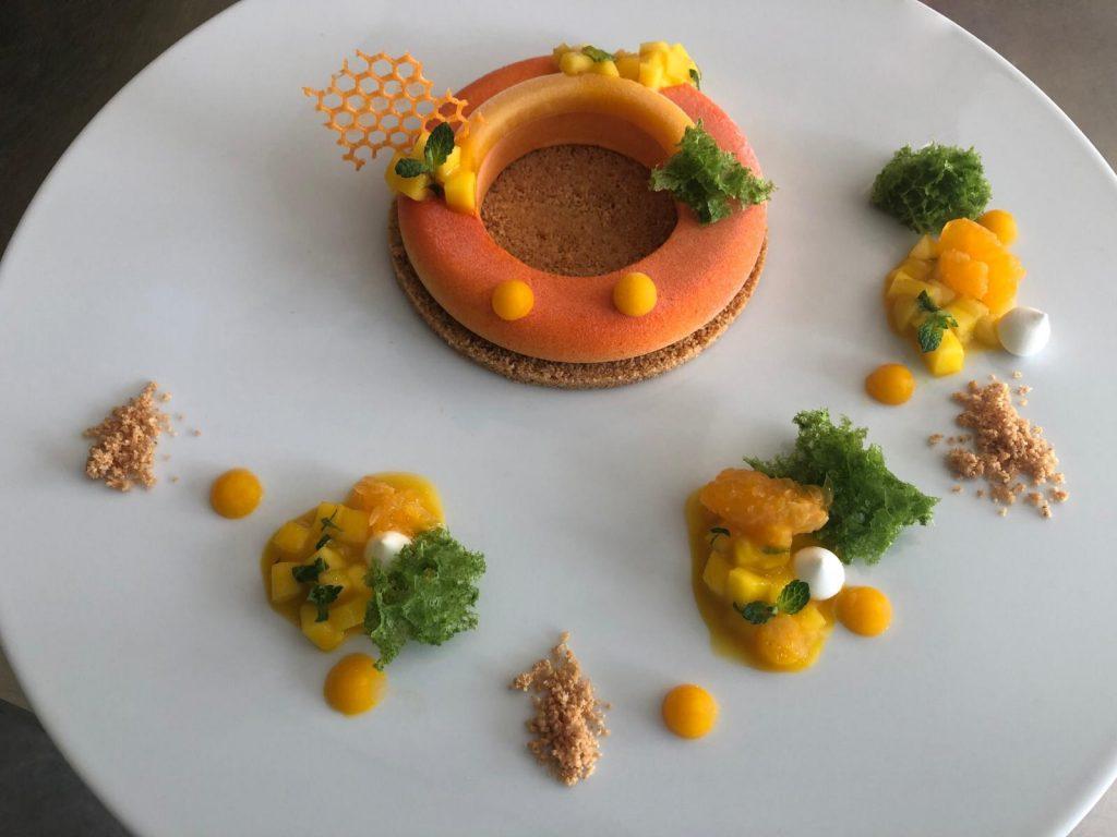 In cucina si gioca con i colori, declinandoli in varie tonalità oppure replicando forme uniche come il cerchio o il triangolo